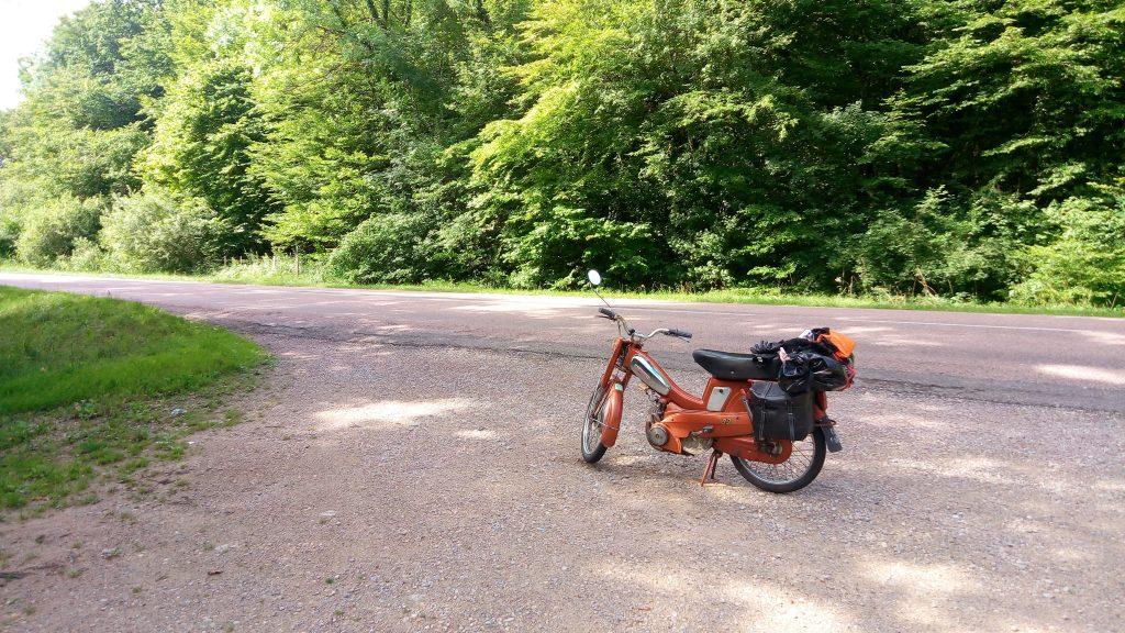 photo prise en Bourgogne lors d'un road trip en mobylette chaudron. 600km en 4 jours, c'est largement possible !