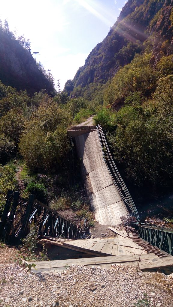 pont effondré sur la route abandonnée