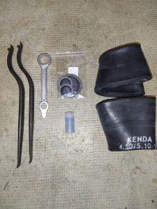 les pièces et outils pour réparer ou changer une chambre à air.