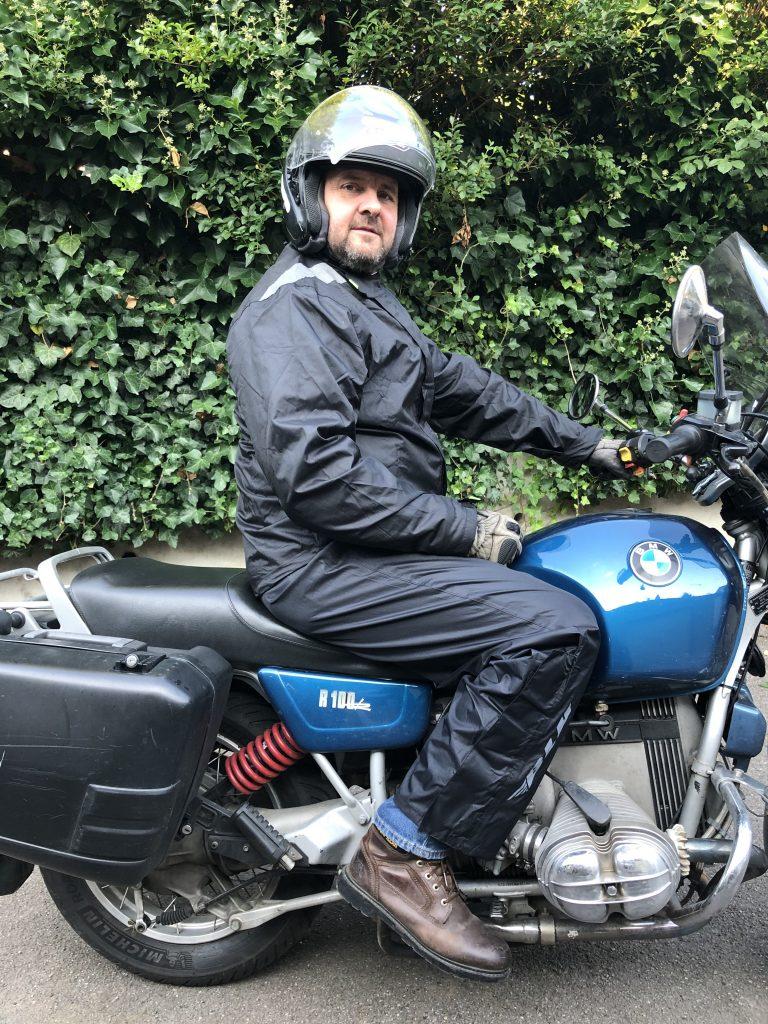 Pour les motards équipés de grands jambes, la pantalon est un poil court.